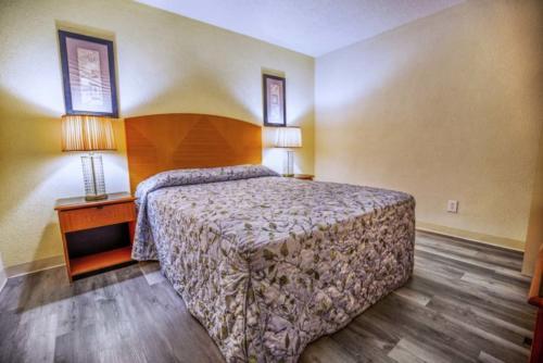 E - Pool Oceanview 1 Bedroom Efficiency Suite - 1 Queen Bed (2)