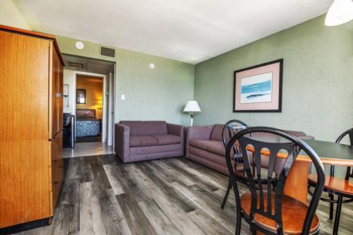 F - PoolOceanview- 1 Bedroom Non-Efficiency Suite-2 Double Beds (1)